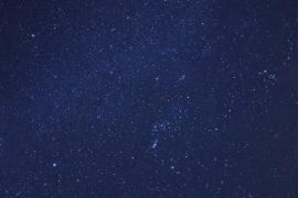 澄んだ冬の空に輝く星を望む、伊豆大島の星空ツアー