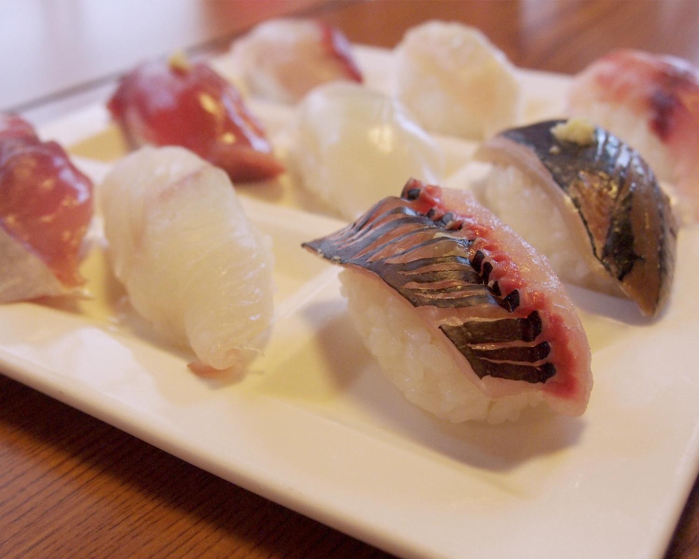 地魚のにぎりが看板メニューの「港鮨」